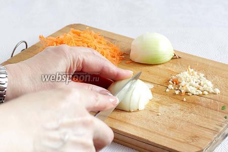 Готовим заливку. Морковь натереть на тёрке. Лук и чеснок мелко порубить.