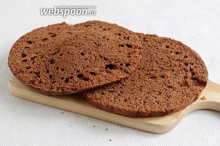 У коричневого коржа тоже срезать горбинку и разрезать на 2 коржа. Обрезки нам ещё будут нужны.