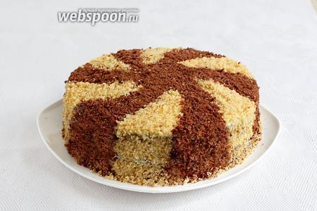 Украсить торт по желанию, посыпав его крошкой. Он даже в пропитке не нуждается. Можно сразу нарезать и подавать к чаю или кофе. Нежнейший!
