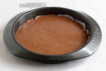 Освободить форму от белого коржа, снова проложить её пергаментом и вылить шоколадное тесто. Выпекать также. Испечённые коржи остудить на решётке.