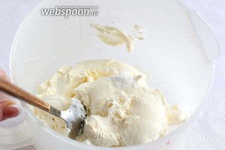 Приготовим крем. Вот такая у меня получилась уже отвешенная сметана. Нужно её 500 грамм. Добавить в сметану ваниль, сахар и взбить до мягких пиков.