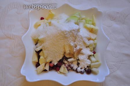 Смешайте в миске нарезанные грушу и яблоко, клюкву, весь сахар, крахмал, мускатный орех и корицу (если любите).