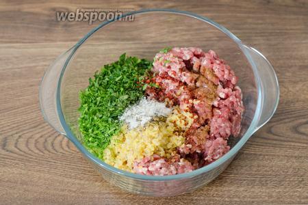 В глубокой миске соединяем фарш и измельчённые овощи, заправляем специями по вкусу.