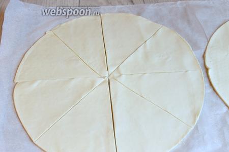 1 круг разрезаем на 8 частeй. Ставим запекать в духовку на 10-15 минут при 200°С.