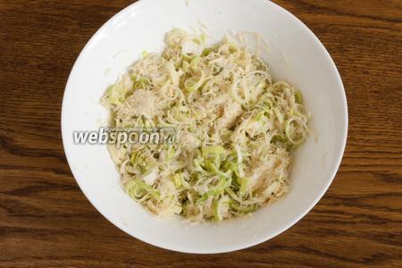 Перемешать, добавить муку, перемешать ещё раз. Выложить полученную массу на хорошо разогретую сковородку с растительным маслом.