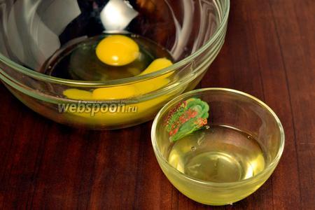 Отделяем у двух яиц белки и желтки. Белки на время убираем в холодильник, а желтки и целое яйцо оставляем в миске для взбивания с молоком.