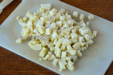 Картофель отварить, остудить, порезать кубиками.