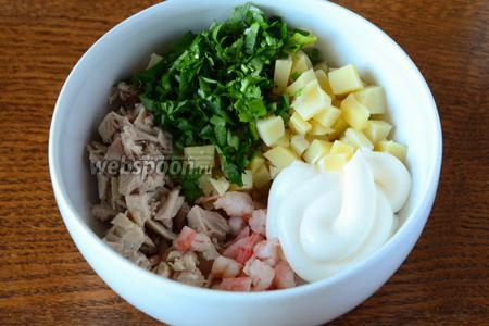 Соединяем ингредиенты в салатнике. Заправляем майонезом, добавляем соль и чёрный молотый перец.