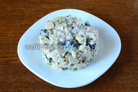 Готовый салат перекладываем в салатник, или подаём порционно.