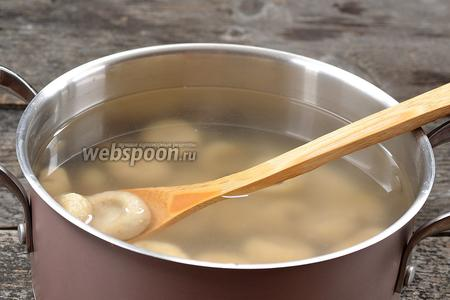 В кастрюле довести до кипения воду с солью. В кипящую воду порциями опускать клюски. Сразу перемешать аккуратно клюски деревянной ложкой для того, чтобы они не прилипли ко дну.
