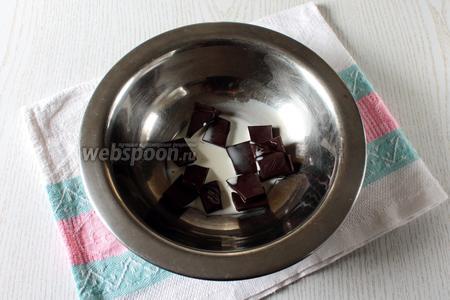 Шоколад поломать на кусочки, влить к нему сливки.