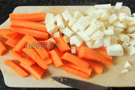 Затем очищаем морковь и сельдерей. Нарезаем сельдерей на квадратики и морковь дольками.