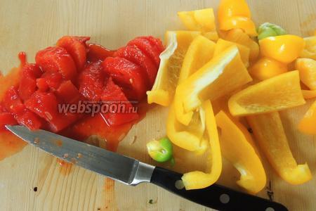 Перец нарезаем на дольки и помидоры на квадратики. Все овощи должны быть нарезаны крупно.