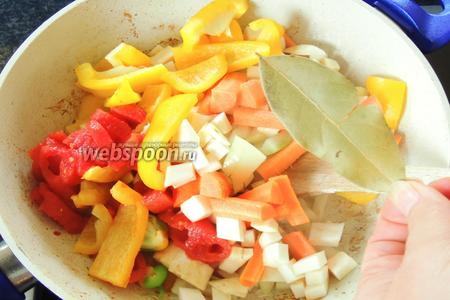 В той же сковороде, на том же масле обжарим все нарезанные овощи с лавровым листиком, около 5 минут.