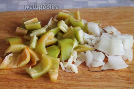 Нарезать крупно лук и перец.