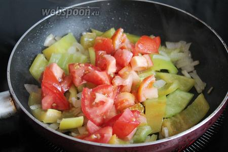 Добавить на сковороду к остальным овощам. Потушить до готовности.