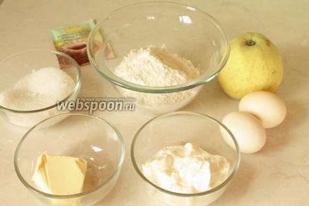 Для яблочного пирога нужно взять муку, масло, разрыхлитель, яйца, большое яблоко, сахар и сметану.