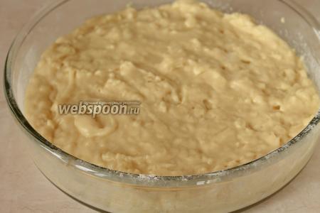 Перелить массу в форму, смазанную маслом и присыпанную мукой.