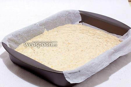 Выложить тесто в форму для выпечки. Можно взять разъёмную форму 22-24 см, у меня — прямоугольная. Я побоялась, что теста получается много. Дно проложить мокрым пергаментом и ни чем не смазывать. Выпекать при 170-180°С 35-40 минут. Готовность проверить лучинкой.