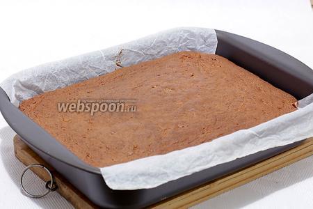 Пирог остудить в форме, а затем  вынуть и освободить от пергамента. Можно посыпать сахарной пудрой.