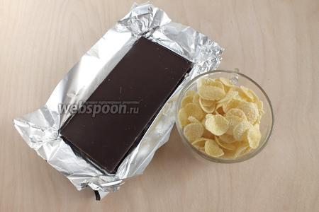 Для начала следует приготовить корж! Для этого вам потребуется тёмный (75%) шоколад и кукурузные хлопья.