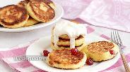 Фото рецепта Сырники с кукурузной мукой и вяленой вишней