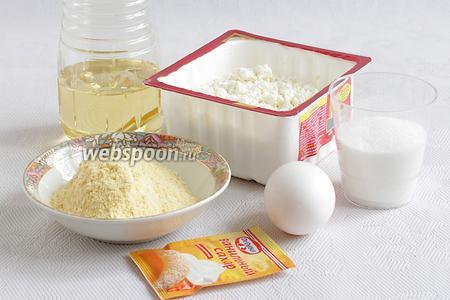Для сырников возьмём творог 9% жирности, масло растительное для жарки, сахар, муку кукурузную, щепотку соды, ванильный сахар, яйцо.