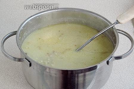 Суп снять с плиты и, при помешивании, вылить в него получившуюся массу. Суп снова довести до кипения, но не кипятить, влить лимонный сок и посолить по вкусу.
