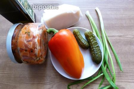 Подготовим продукты для салата: маринованные огурчики, сладкий перец, козий сыр, маринованная тыква, зелень.