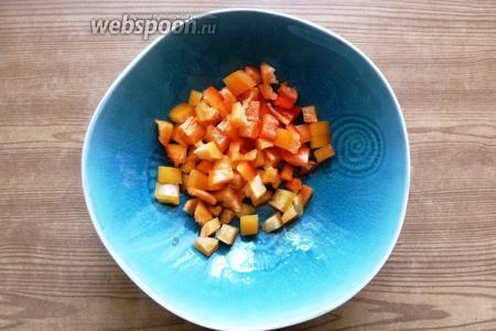 Сладкий перец вымоем, уберём семена и нарежем кубиком.