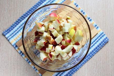 Удалить семена и перегородки у яблок. Нарезать кубиками такого же размера что и тыква.