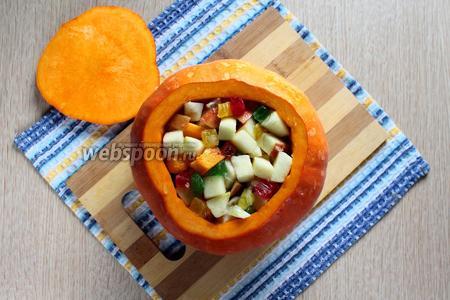 Начинить тыкву тыквенно-фруктовой массой.