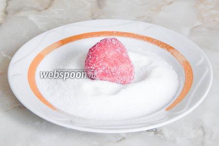 Теперь обваливаем заготовки в сахарном песке для большей правдоподобности с ягодами.