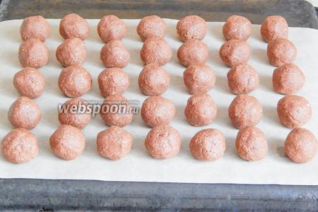Переходим к следующему этапу — запаситесь терпением. Делим шоколадное тесто на шарики одинакового размера. У меня 35 штук.