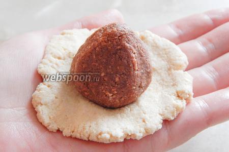 Теперь делаем клубнички — берём белый шарик, расплющиваем его на ладони, помещаем посередине шоколадный в форме конуса.
