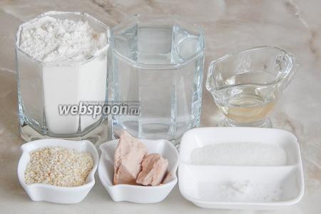 Для приготовления гриссини с кунжутом нам понадобится мука пшеничная, дрожжи свежие, соль, сахар, воды тёплая кипячёная, масло подсолнечное без запаха и кунжут.