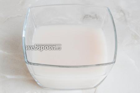 В тёплой воде растворяем сахар и дрожжи. Даём постоять дрожжам в тепле 15 минут.