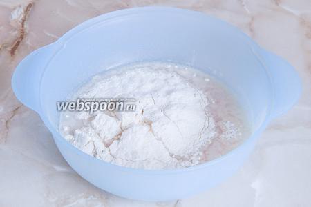 Теперь провеиваем в миску муку, добавляем соль и дрожжевую водичку.