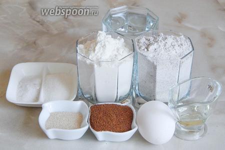 Для приготовления деревенских ржаных лепёшек нам нужны 2 вида муки (пшеничная и ржаная), тёплая кипячёная вода, дрожжи, соль, сахар, ржаной солод, 1 куриное яйцо и растительное масло.