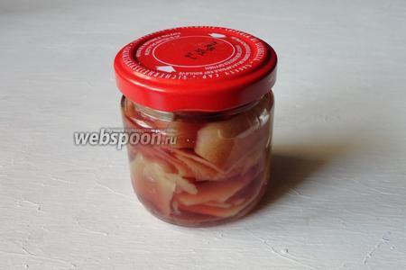 Через 12 часов имбирь готов к употреблению. В таком маринаде имбирь приобретет бледно-розовый цвет.
