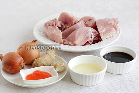 Для приготовления курицы в луковом маринаде нужно взять любые части курицы, растительное масло для жарки, лук, имбирь, соевый соус, сладкий соус чили, чеснок.