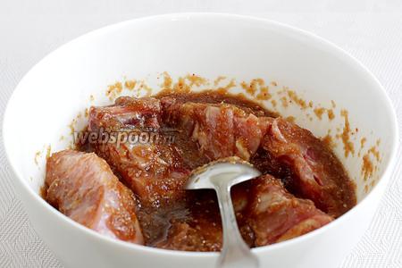 Куриные бедра сложить в маринад и хорошенько перемешать, чтобы маринад полностью покрыл мясо. Затянуть плёнкой и оставить мариноваться не менее 1 часа. Можно оставить в холодильнике на всю ночь, будет ещё вкуснее.