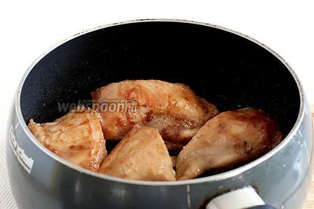 Затем куриное мясо отряхнуть от маринада и обжарить в растительном масле. Сначала на среднем огне, а потом, закрыв крышку, на маленьком огне до готовности и мягкости курицы.