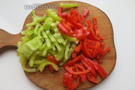 Перец нарезаем тонкими ломтиками. Готовлю 2 порции — 2 перца разного цвета.