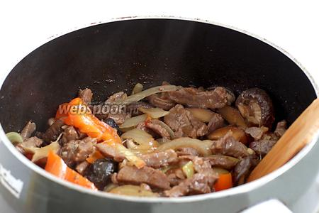 Блюдо готово, если у вас осталось немного жидкости, а перец стал слегка размягчённым.