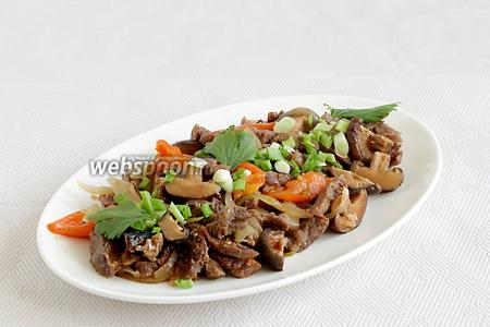 Посыпать готовое блюдо зелёным луком. Подавать говядину с грибами шиитаке можно с лапшой или как самостоятельное блюдо.
