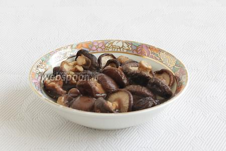 Сушёные грибы шиитаке залить кипятком и оставить на 1 час для размягчения. Лучше чем-то накрыть миску. Эти грибы имеют очень насыщенный запах, но мне он очень нравится.