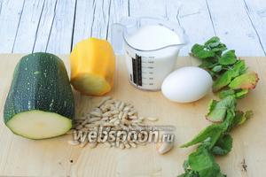 Подготвовим ингредиенты: цукини, яйца, молоко, масло сливочное для жаренья, зубки чеснока, кедровые орешки и мяту свежую. Мяты нам надо 2 ст. л., порезанных листьев и для украшения.