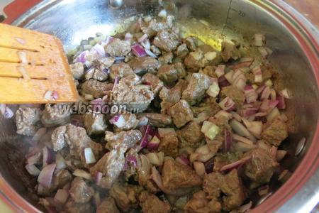 Прожариваем мясо с луком.