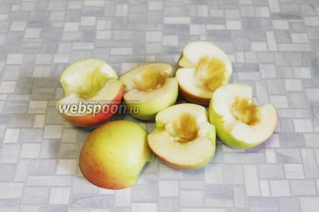 Яблоки нужны свежего урожая без покрытия, лучше настоящие — окисляющиеся на воздухе, у меня какой-то крымский сорт. Яблоки помыть, разрезать на половинки и вынуть сердцевину.